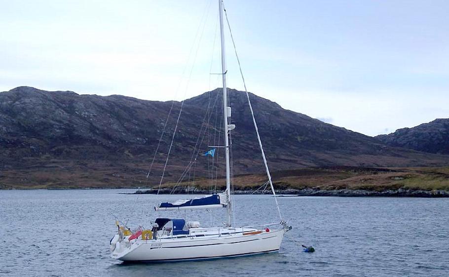 St. Kilda - Die verlassenen Inseln - Evenstar in Loch Maddy an der Mooring Tonne