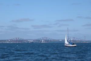 Segeln auf dem Firth of Forth, Blick zurück auf die Forth Rail Bridge