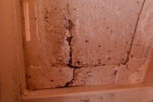 Riss im Boden, Bruch der Querverstärkung, vermutlich nur von außen repariert.
