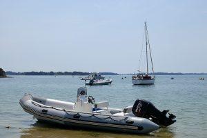Motorboot Menhir am Strand der Île Ilur