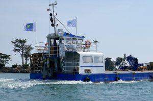 Manövrierbehindertes Arbeitsschiff quert in voller Fahrt das Fahrwasser
