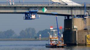 Schwimmendes Gerät zur Sicherung der Brückenarbeiten